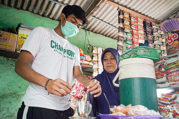Kisah Pemain Persebaya Andhika Ramadhani yang Selalu Bantu Ibu Jaga Warung Kopi