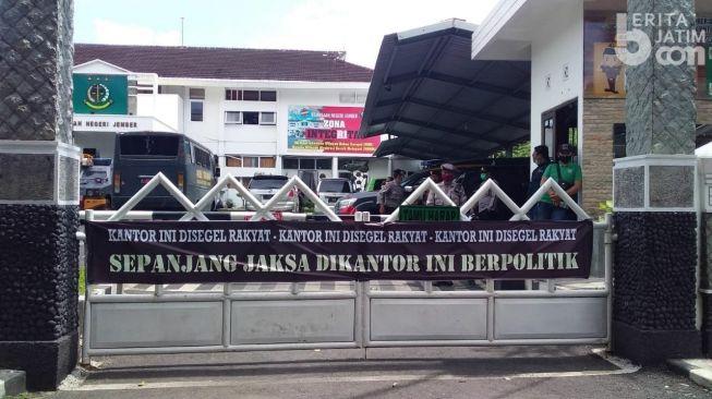 Gerakan Reformasi Segel Kantor Kejari Jember