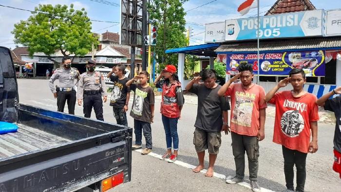 Langgar Prokes, Anak Punk di Ponorogo Dihukum Push Up dan Hormat Bendera