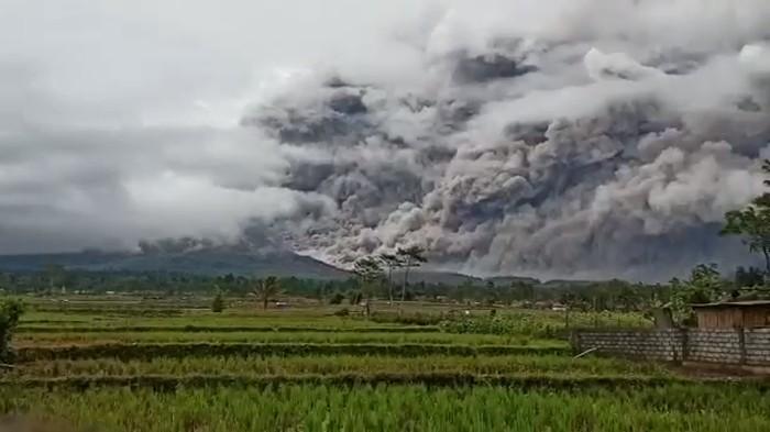 Waspada! Gunung Semeru Masih Berpotensi Semburkan Awan Panas