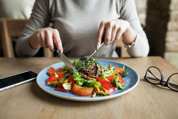 5 Kebiasaan Buruk Makan Ini Sebaiknya Dihindari