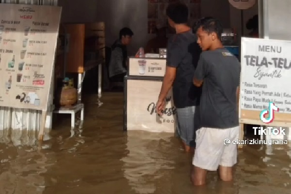 Berkah, Tak Hanya Banjir Air Usaha Kafe Ini Juga Banjir Pembeli