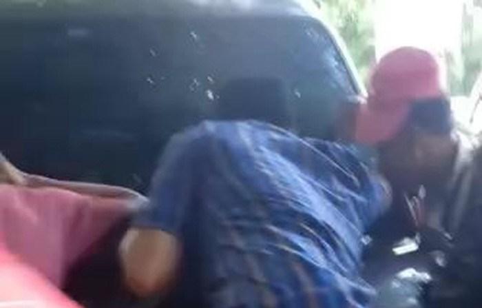 Warga Sampang Gerebek Pasangan Selingkuh Mesum di Mobil