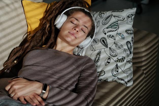 Kebiasaan Menggunakan Earphone saat Tidur Berdampak Buruk bagi Kesehatan