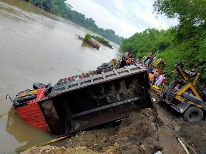 Truk Tergelincir ke Sungai Brantas, Sopir Meninggal Terjebak dalam Kabin