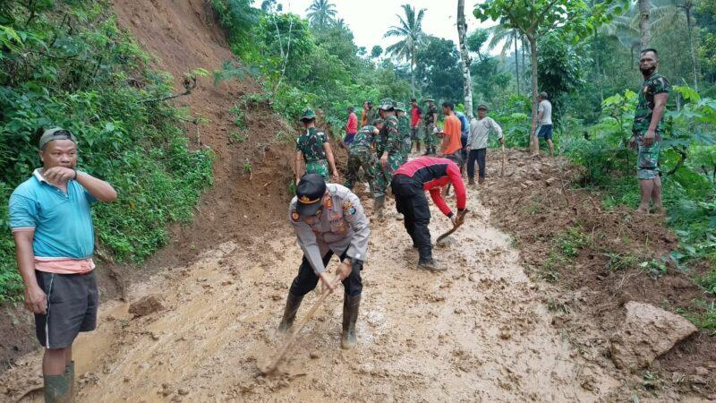 Akses Sulit, Pembersihan Tanah Longsor di Madiun Dilakukan Secara Manual
