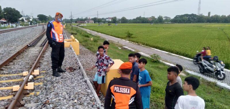 Berbahaya! Anak-Anak di Madiun Bermain di Jalur KA, Langsung Diamankan Polsuska