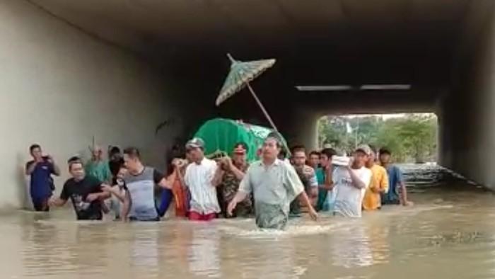 Sepekan Air Tak Surut, Warga di Jombang Gotong Jenazah Terjang Banjir 1 Meter
