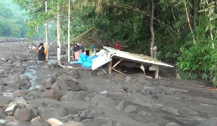 Seret Mobil, Banjir Lahar Dingin Gunung Semeru Juga Timbun Musala dan Warung