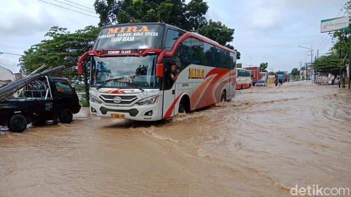 Banjir di Jombang Kian Meluas, Kendaraan Dialihkan ke Jalan Tol