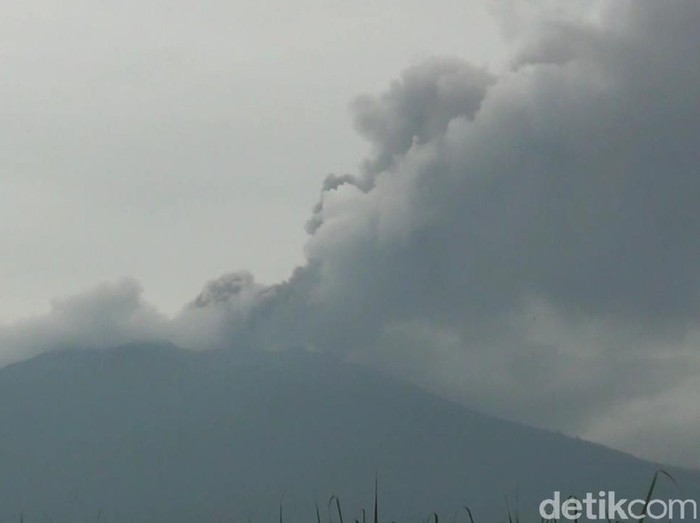 Gunung Raung Keluarkan Asap Setinggi 2 Kilometer, Otoritas Bandara Harus Waspada