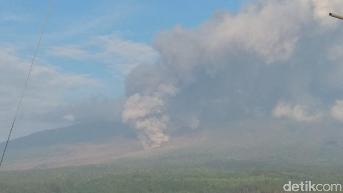 Gunung Semeru Luncurkan Guguran Awan Panas 2 Km, Status Masih Waspada