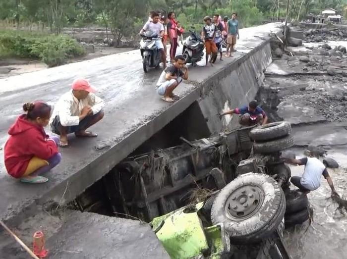 Terseret Banjir Lahar Semeru, Sopir Truk dan Istrinya Diselamatkan Warga