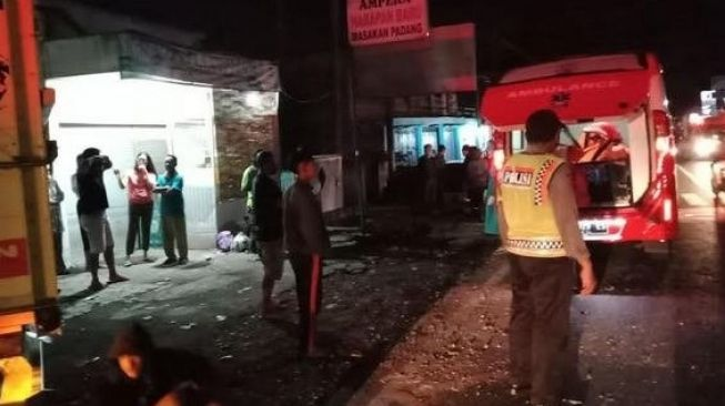 Truk Oleng Tabrak Motor di Malang, Satu Keluarga Meninggal