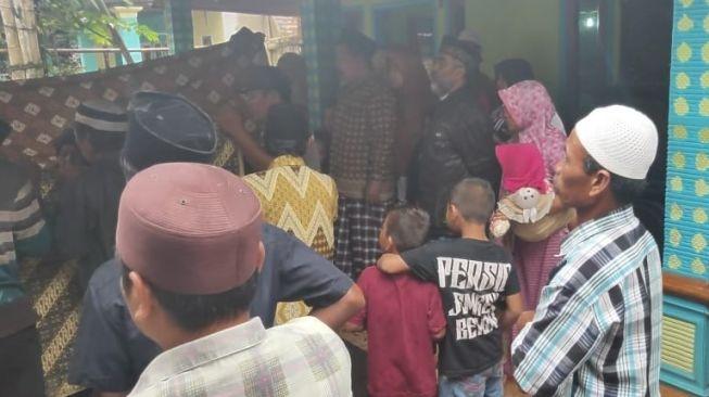 2 Santriwati Korban Tanah Longsor Asal Jember Dimakamkan Berdampingan