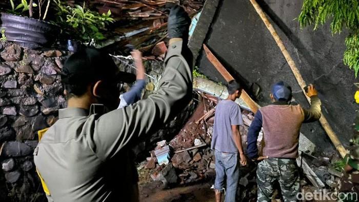 Longsor Nganjuk: Ibu dan Anak Ditemukan Tertimpa Reruntuhan Rumah
