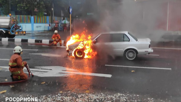 Sedan BMW Terbakar di Tengah Kemacetan Surabaya