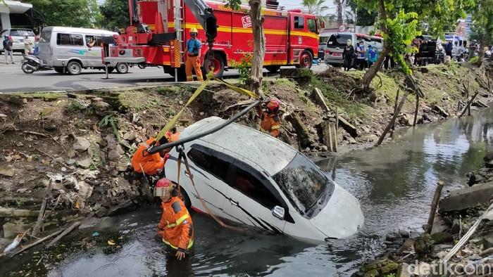 Pengemudi Tak Konsentrasi karena Ponsel Berdering, Mobil Tercebur Sungai di Surabaya