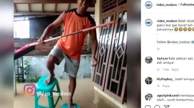 Kreatif! Pria Ini Bikin Sandal Kursi Anti Banjir