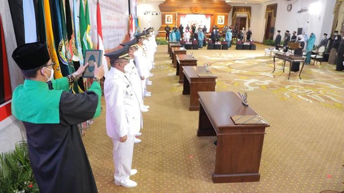 Pelantikan Sesi Kedua: Gubernur Khofifah Puji Gus Ipul Mentornya Bupati/Wali Kota