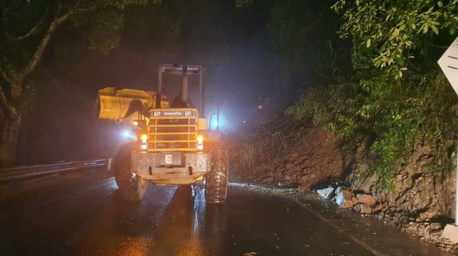 Jalur Payung Songgoriti Longsor, Malang-Kediri Tutup Total