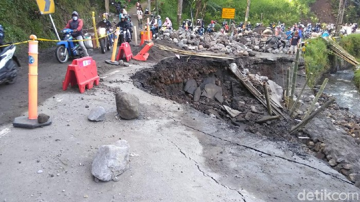 Bahu Jalan di Pujon Ambles, Perbaikan Akses Malang-Kediri Butuh 10 Hari