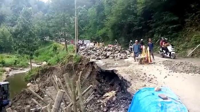 Jalan di Pujon Kembali Ambles, Batu-Kediri Hanya untuk Sepeda Motor