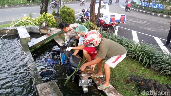 Tabrak Taman Kota Lalu Tercebur Kolam, Pengendara Motor di Sidoarjo Meninggal
