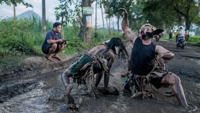 Kritik Jalan Rusak, Seniman Trenggalek Berenang di Kubangan Jalan