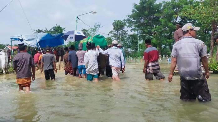 Cari Ikan saat Banjir, Warga Lamongan Meninggal Digigit Ular