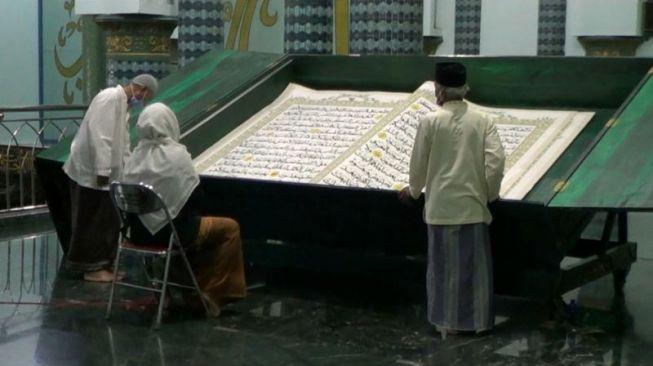 Jadi Tradisi, Masjid di Banyuwangi Gelar Tadarus Al-Quran Raksasa
