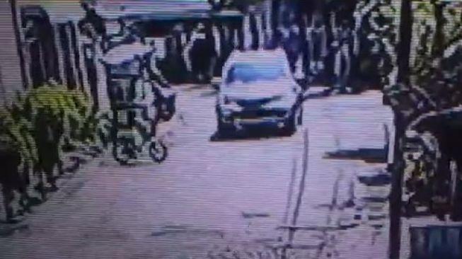 Terekam Kamera CCTV, Bocah Malang Meninggal Tertabrak Mobil saat Bersepeda