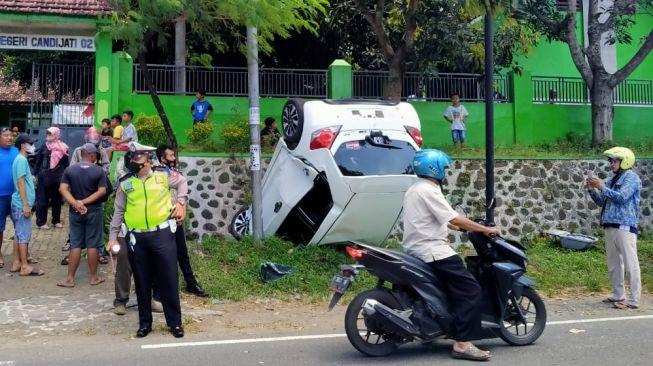 Pengemudi Mengantuk, Honda Brio Terbalik Masuk Selokan di Jember