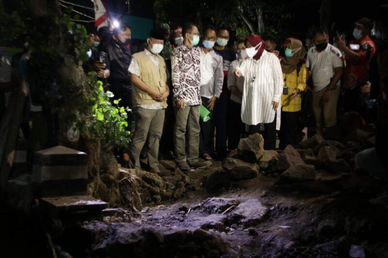 Kunjungi Lokasi Banjir Magetan, Mensos Risma Sarankan Tebing Sungai Diperkuat Bronjong