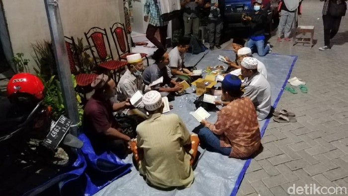 Tetangga Gelar Yasinan di Rumah Kru KRI Nanggala-402 di Surabaya