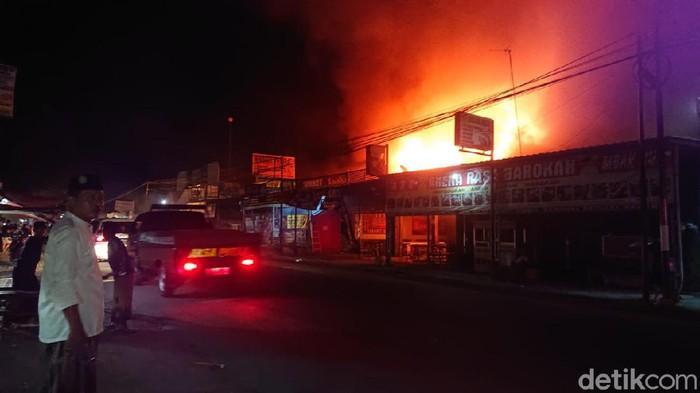 2 Kebakaran di Lamongan, 1 Meninggal, 7 Kios Hangus