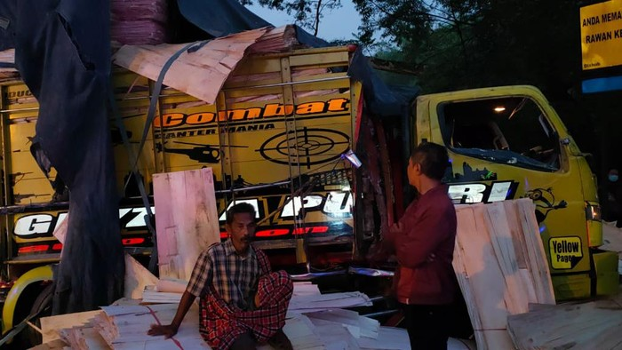 Bus Sugeng Rahayu Hantam Truk di Ngawi, 3 Luka-Luka