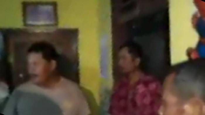 Digerebek Sedang di Rumah Perangkat Desa Perempuan, Kades di Tulungagung Sembunyi di Plafon