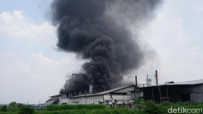 Diduga Mesin Oven Meledak, Pabrik Tepung di Mojokerto Terbakar Hebat