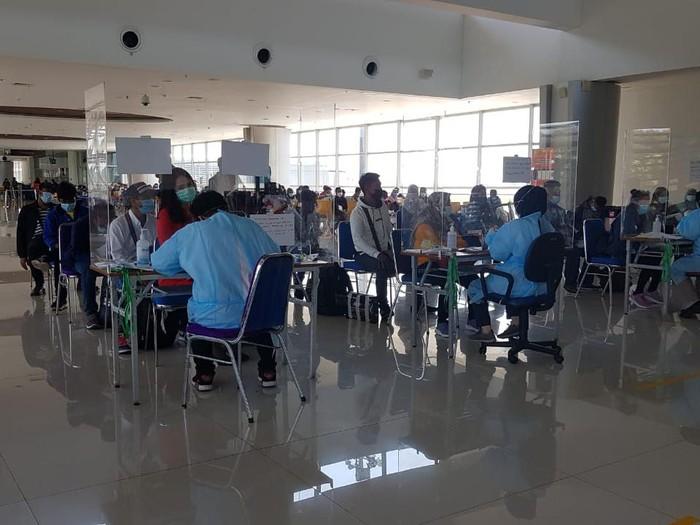 Gelombang TKI Berdatangan ke Jatim, Dikarantina di Wisma Haji Surabaya