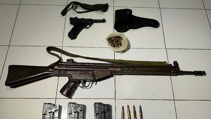 Bersih-Bersih Rumah, Warga di Surabaya Temukan Senjata Laras Panjang dan Pistol