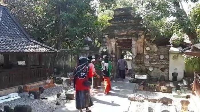 Peziarah Ramai Ngalap Berkah Ramadan di Makam Sunan Bonang