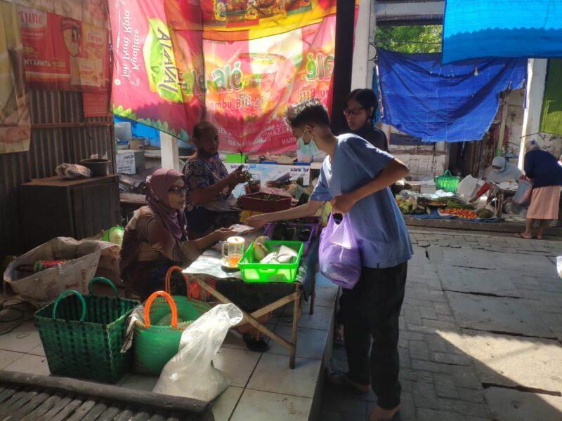 Ingin Pandemi Cepat Berakhir, Pemuda Madiun Bagikan Seribuan Masker ke Pedagang Pasar