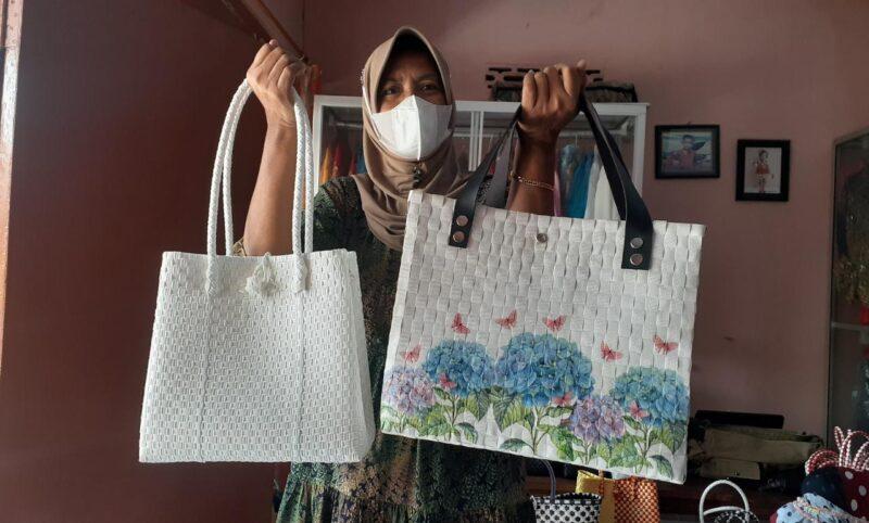 Mantap! Ibu-Ibu di Madiun Bikin Tas Anyaman Plastik, Tembus Pasar Ekspor
