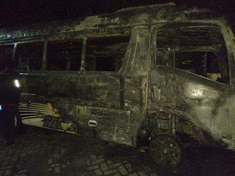 Ditinggal Ngopi, Minibus di Ponorogo Ludes Terbakar