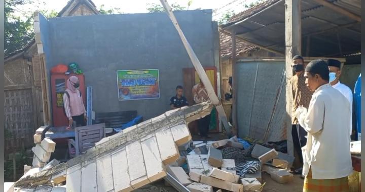 Hujan Deras Disertai Angin Kencang Robohkan Satu Rumah di Madiun