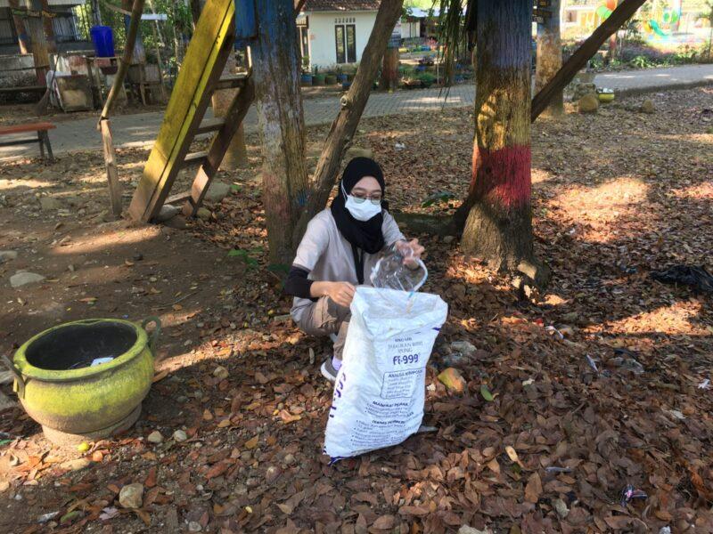 World Cleanup Day, Pemuda Madiun Punguti Sampah di Wisata Grape