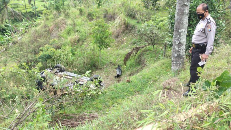 Tak Kuat Nanjak, Mobil Mewah Terjun di Jurang Ponorogo
